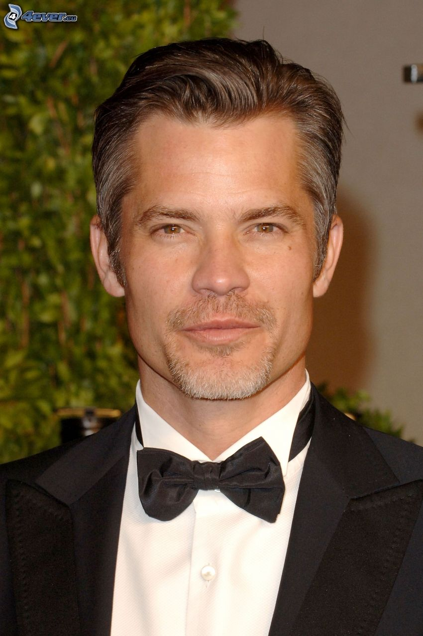 Timothy Olyphant, uomo in abito