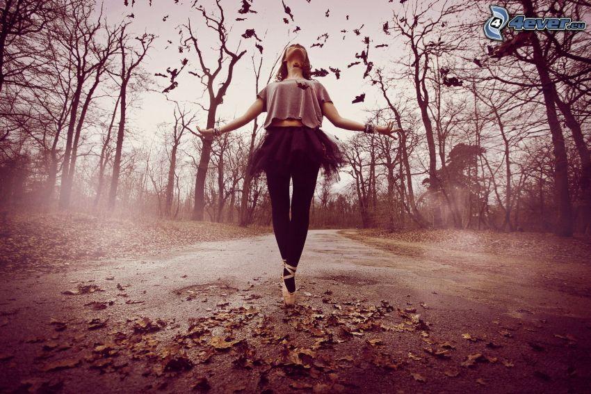 ballerina, foglie di autunno