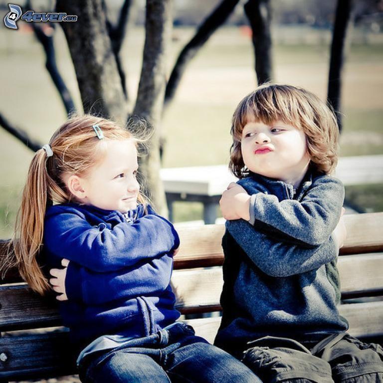 bambini su una panchina