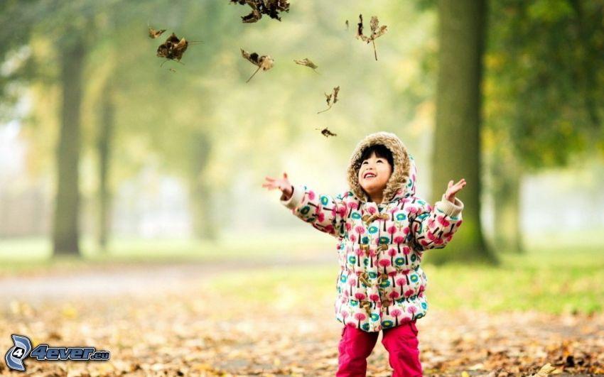 ragazza, asiatica, foglie cadute, gioia