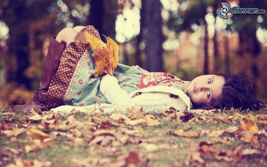 ragazza, foglie cadute