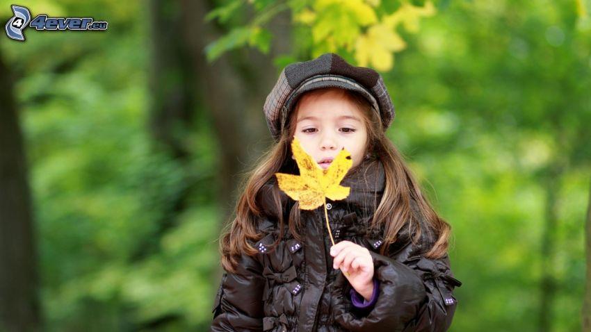 ragazza, foglie gialle