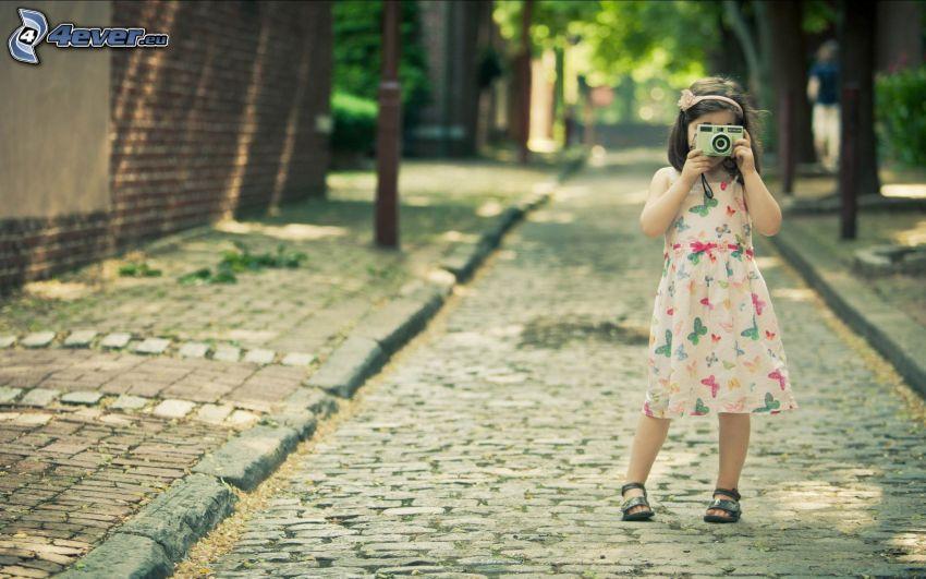 ragazza con fotocamera, strada, piastrelle