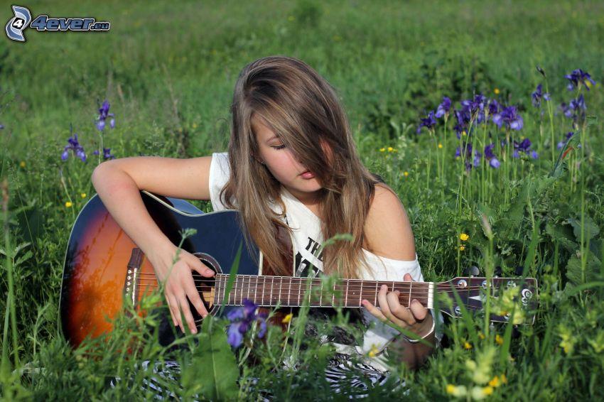 ragazza con la chitarra, prato nell'estate, fiori viola