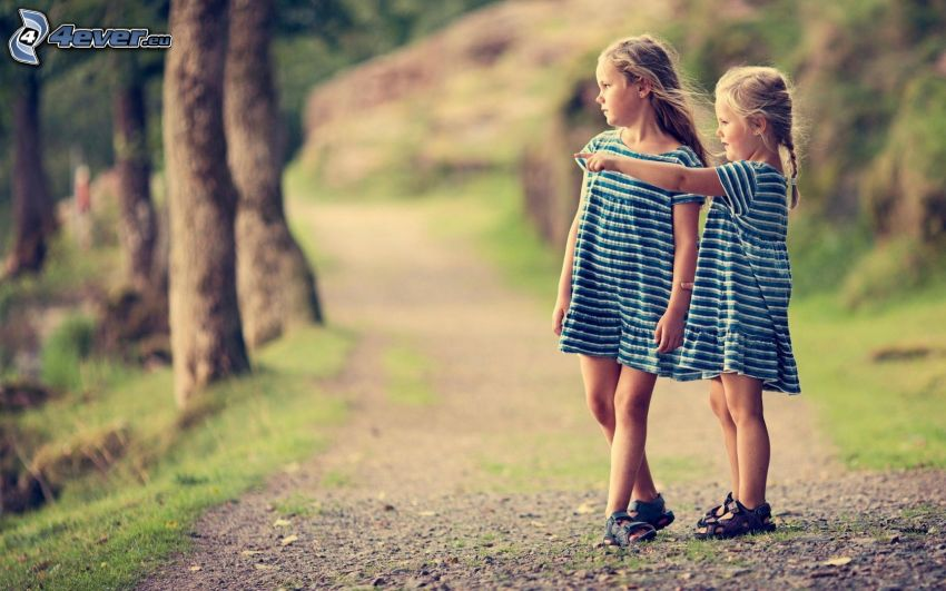 ragazze, sentiero nel bosco