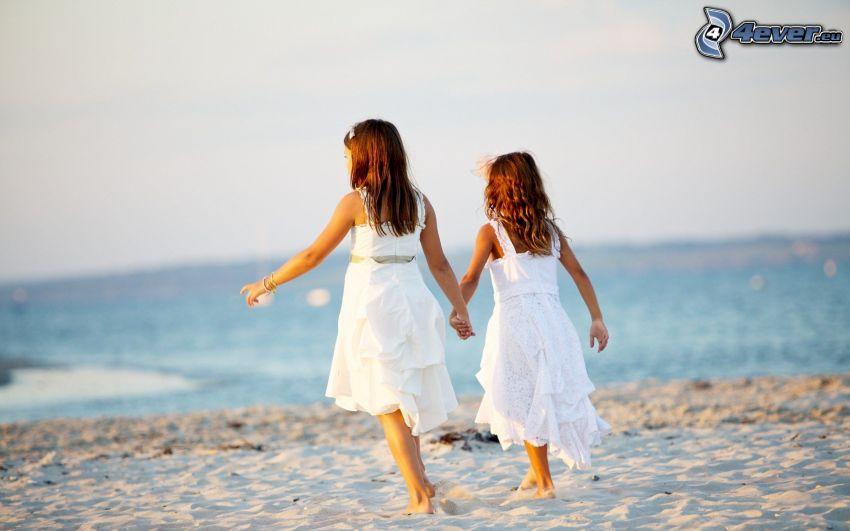 ragazze, spiaggia sabbiosa, abito bianco