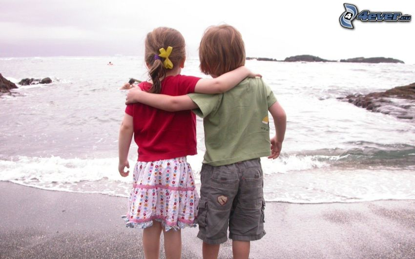ragazzo e ragazza, amicizia, mare
