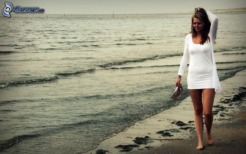 bruna, abito bianco, mare