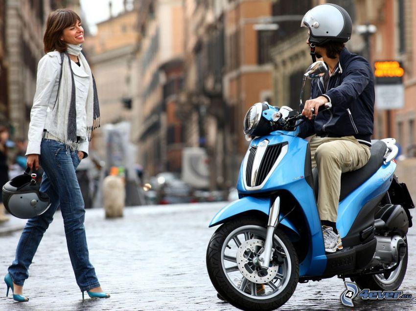 coppia nella città, strada, Piaggio 300