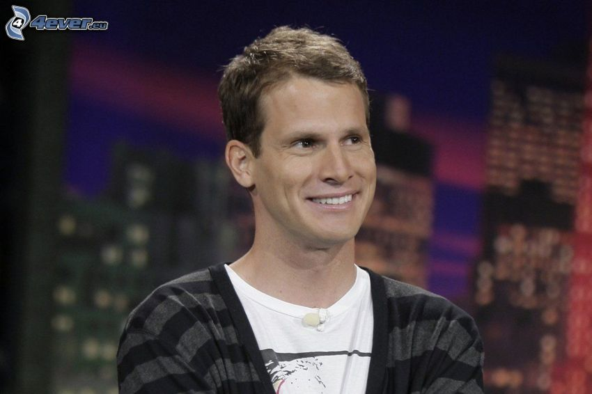 Daniel Tosh, comico, sorriso, sguardo