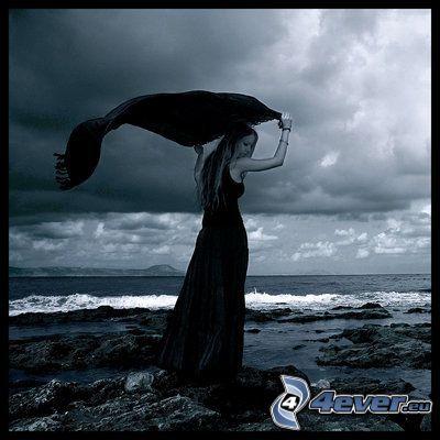 donna sulla spiaggia, abito nero