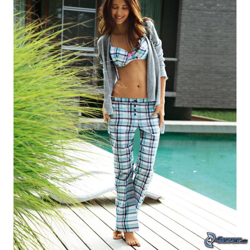 donna vicino a piscina, bruna, sexy pancia