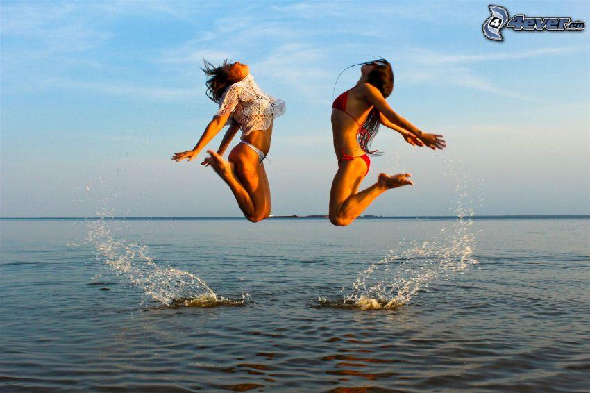 donne in bikini, salto, mare