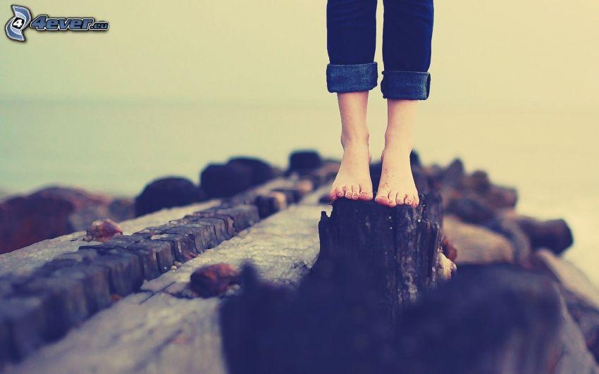 le gambe della ragazza, ceppaia, rocce