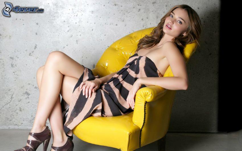 Miranda Kerr, una donna sulla sedia