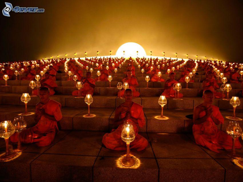 monaci, candele, preghiera