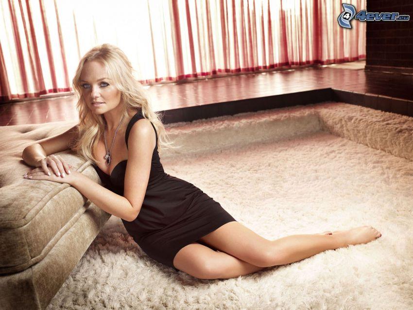 Emma Bunton, abito nero, ragazza sul pavimento, tappeto