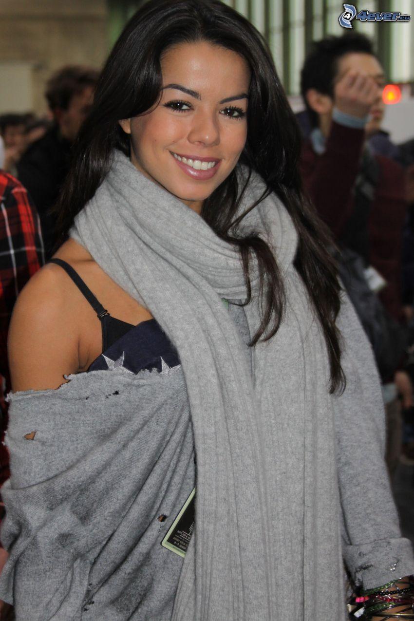 Fernanda Brandao, sorriso, sciarpa