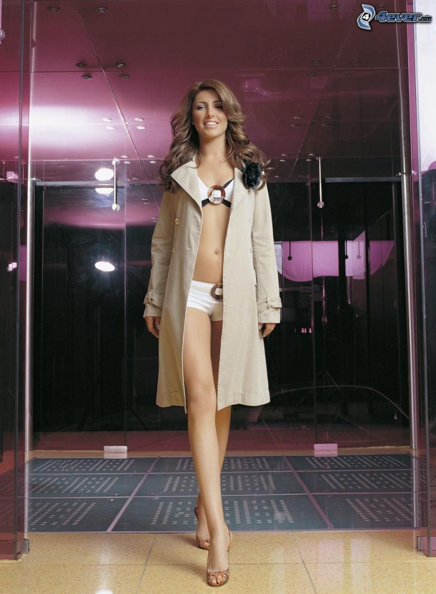 Helena Paparizou, donna in bikini, cappotto