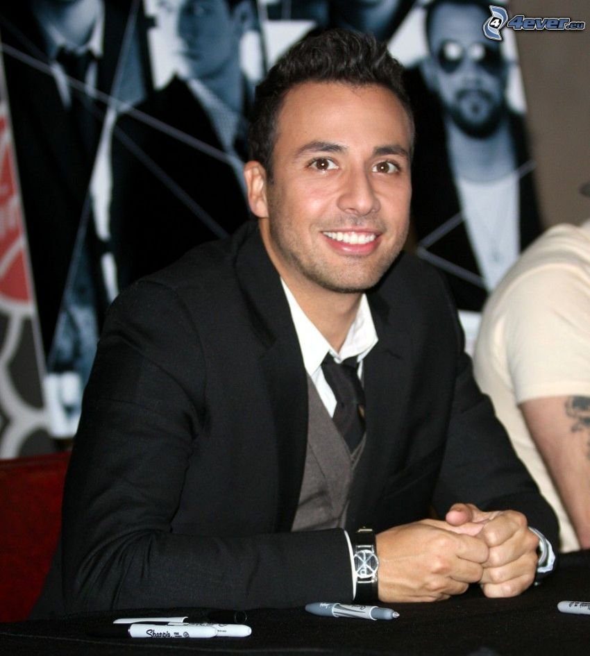 Howie Dorough, uomo in abito