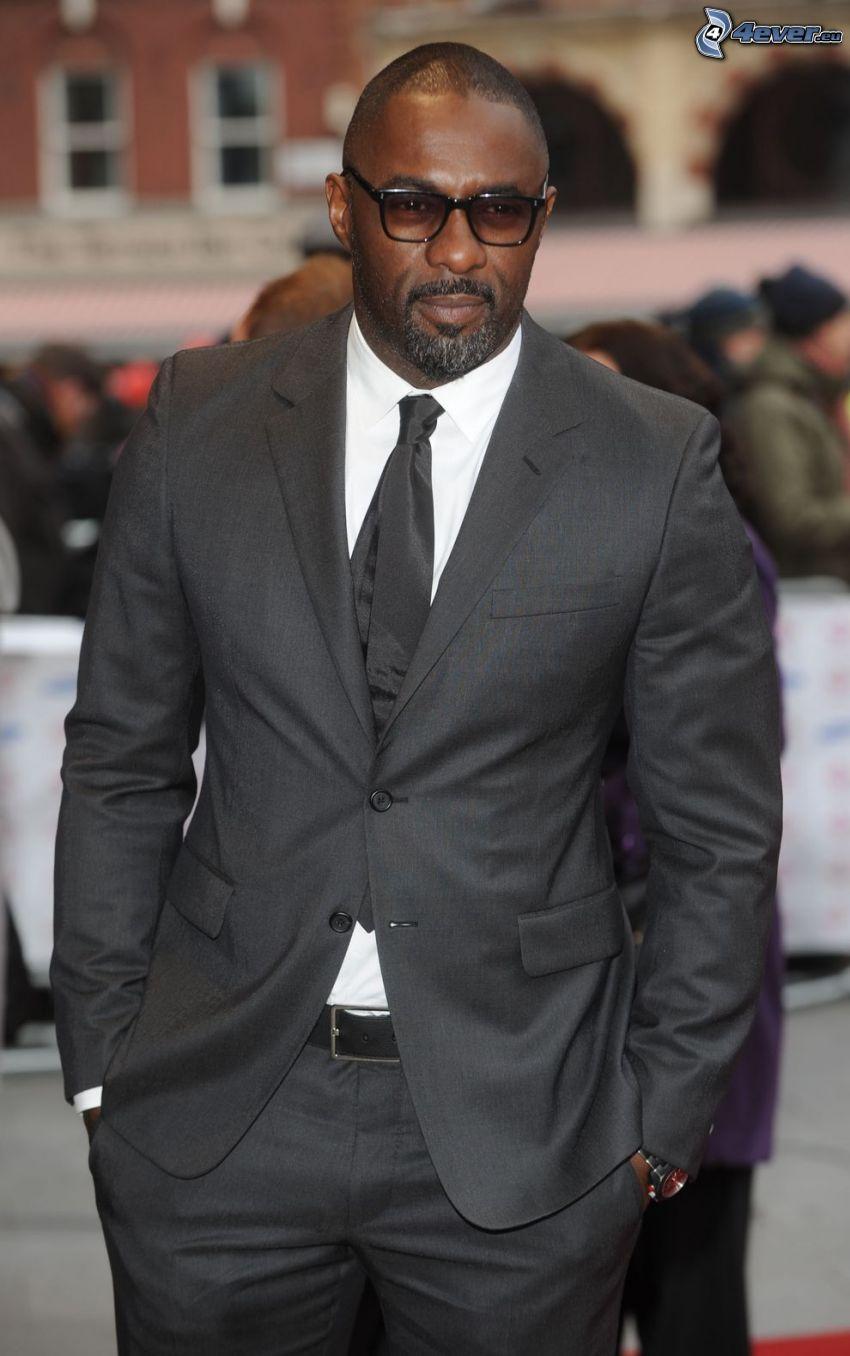 Idris Elba, uomo in abito, uomo con gli occhiali