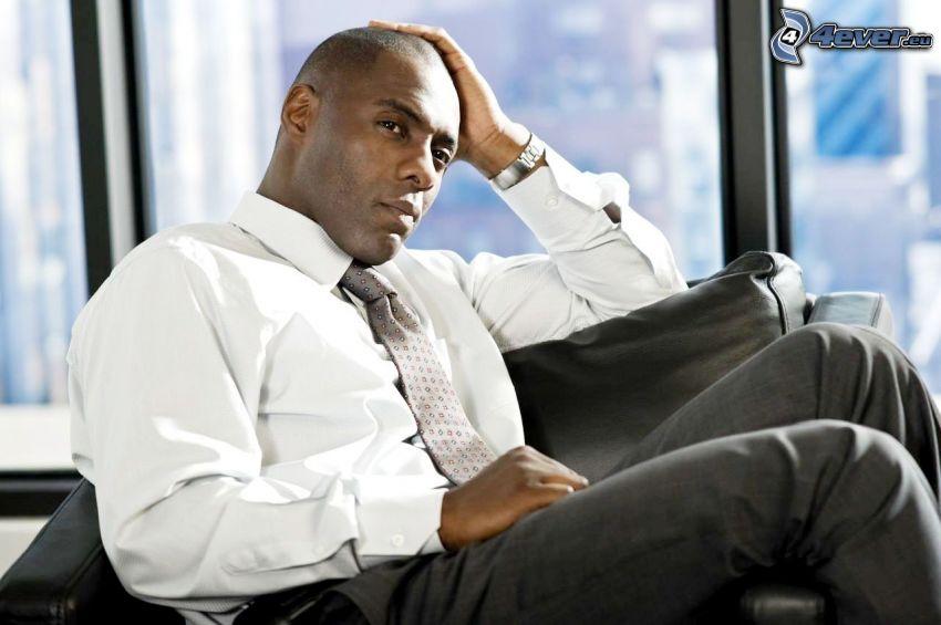 Idris Elba, uomo in abito
