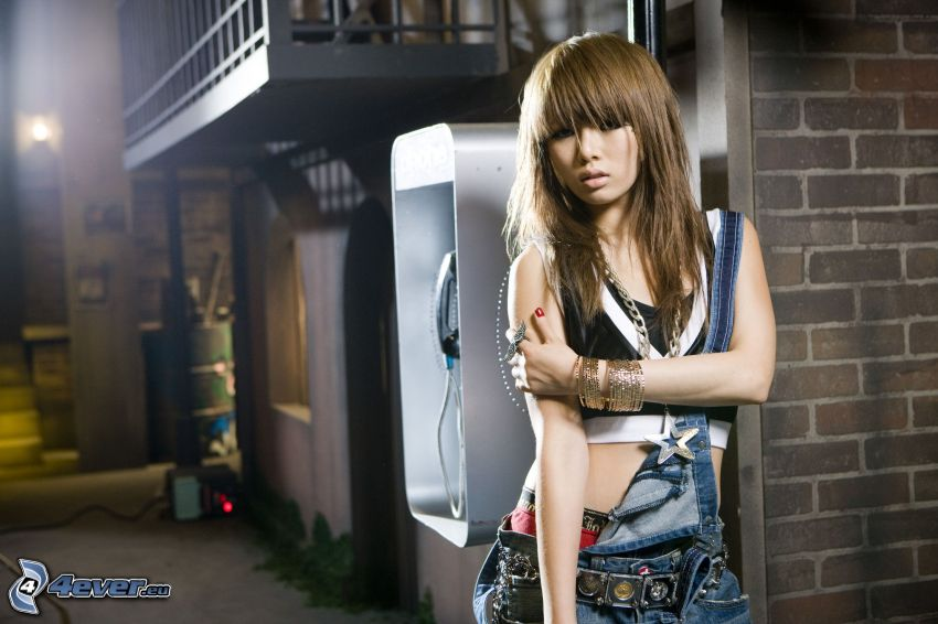 Kim Hyuna, cabina telefonica