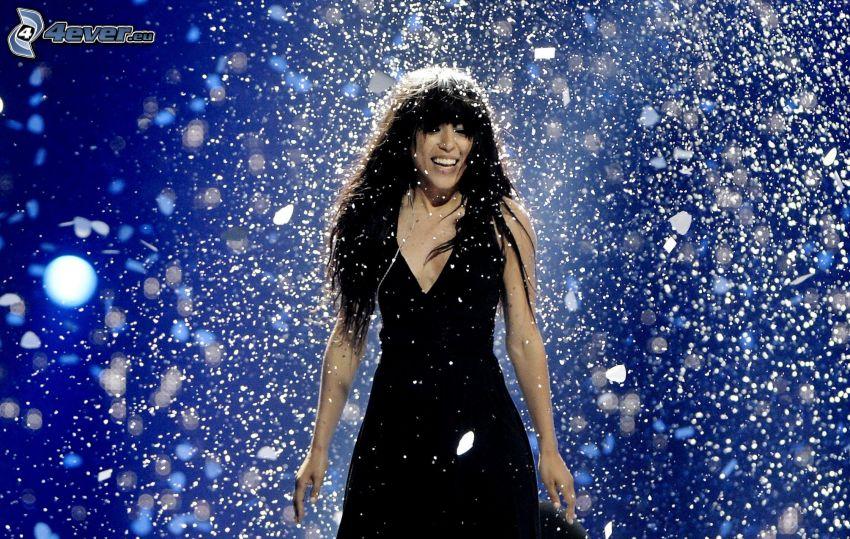 Loreen, sorriso, abito nero, nevicata