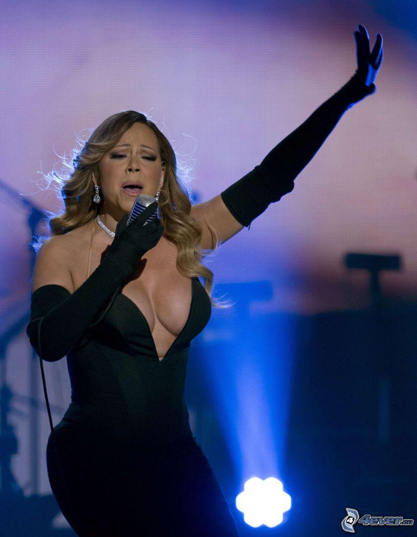 Mariah Carrey, canto, abito nero, senza reggiseno, scollo, comparsa