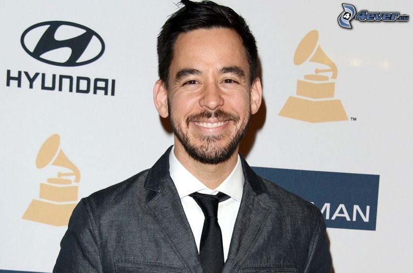 Mike Shinoda, uomo in abito, sorriso