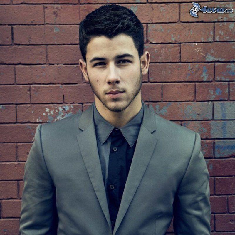 Nick Jonas, muro di mattoni