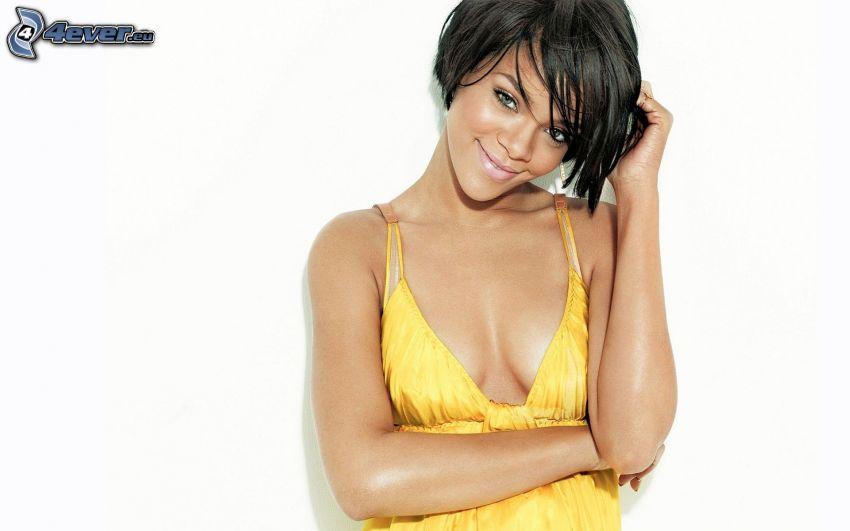 Rihanna, abito giallo