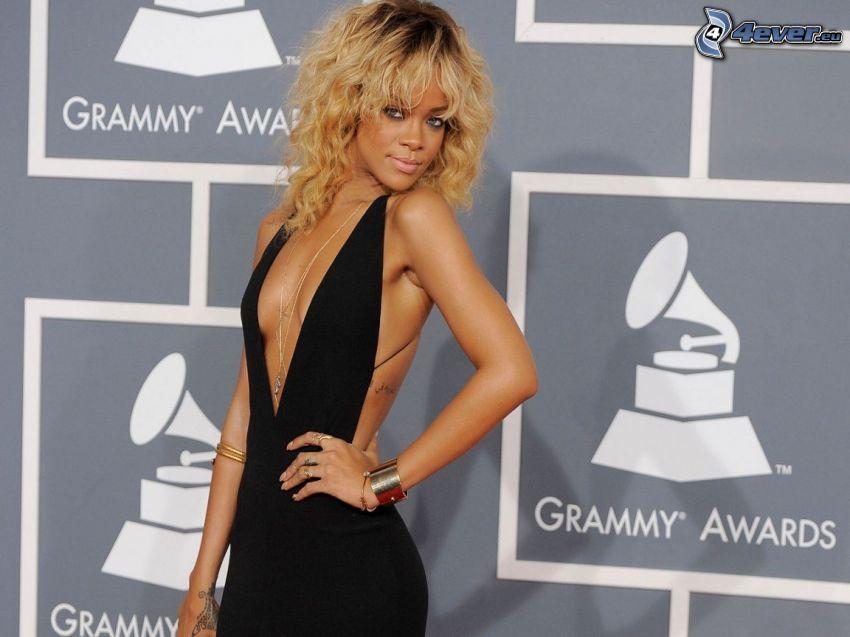 Rihanna, abito nero, bionda, Grammy Awards