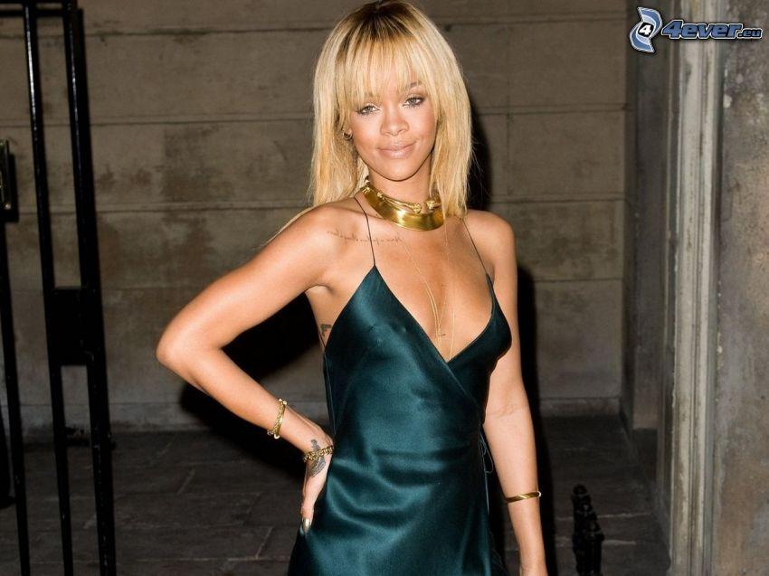 Rihanna, abito nero, bionda