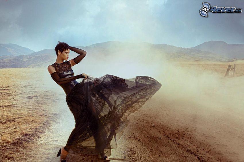 Rihanna, abito nero, montagna