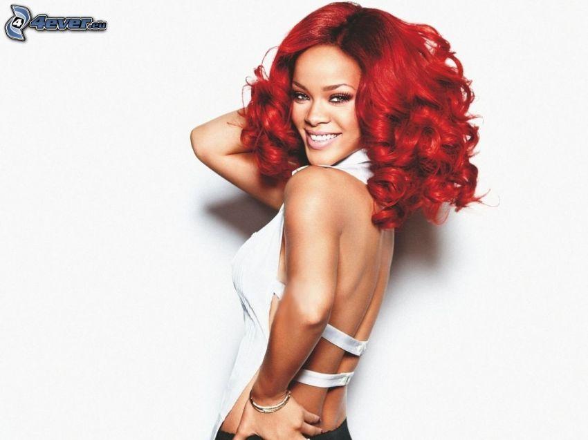 Rihanna, capelli rossi, sorriso