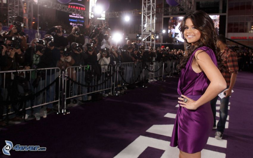 Selena Gomez, vestito viola, giornalisti