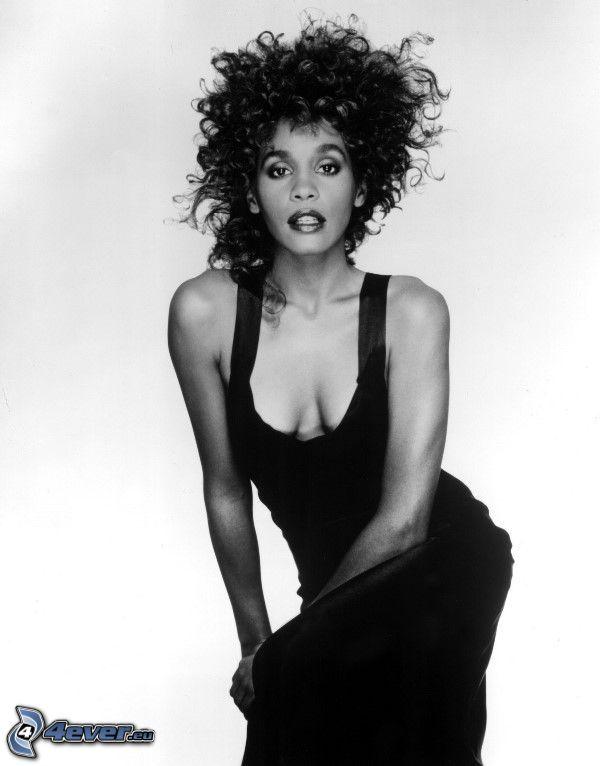 Whitney Houston, capelli ricci, foto in bianco e nero