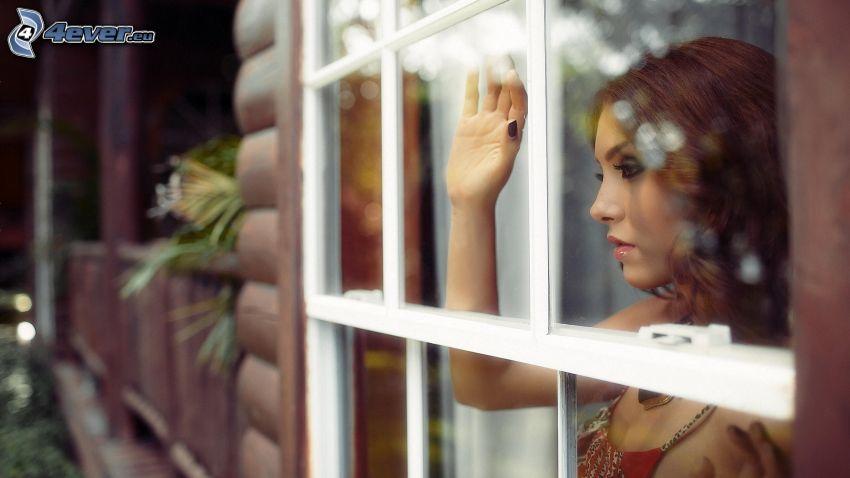 ragazza dietro la finestra, rosso