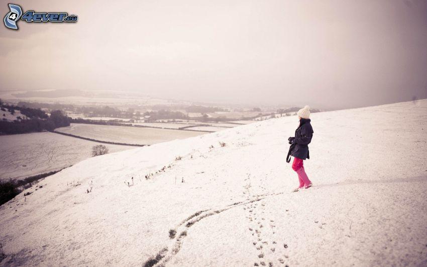 ragazza nella neve, la vista del paesaggio, tracce nella neve