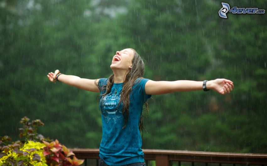 Ragazza sotto la pioggia