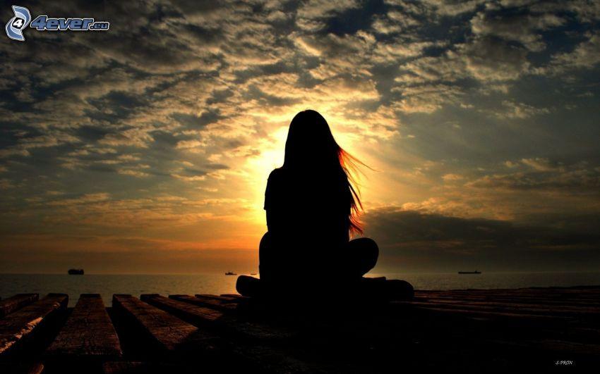 siluetta di donna al tramonto