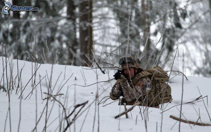 soldato con una arma, neve