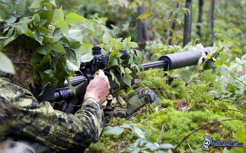 soldato con una arma, sniper, mascheramento