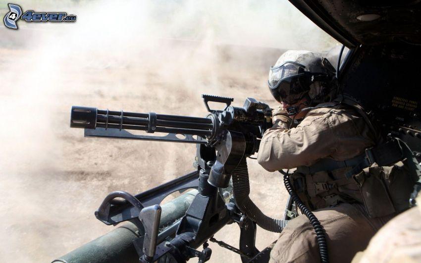 soldato con una arma