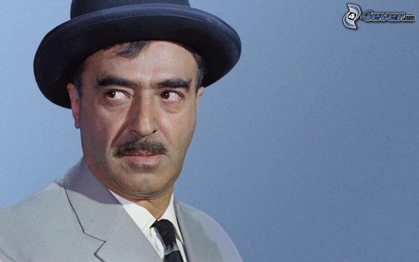un uomo in un cappello