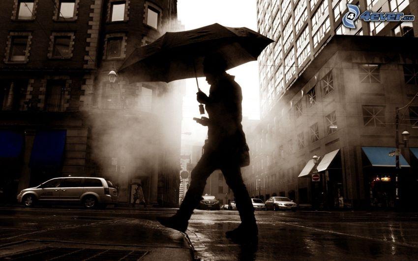 uomo con l'ombrello, strada, color seppia