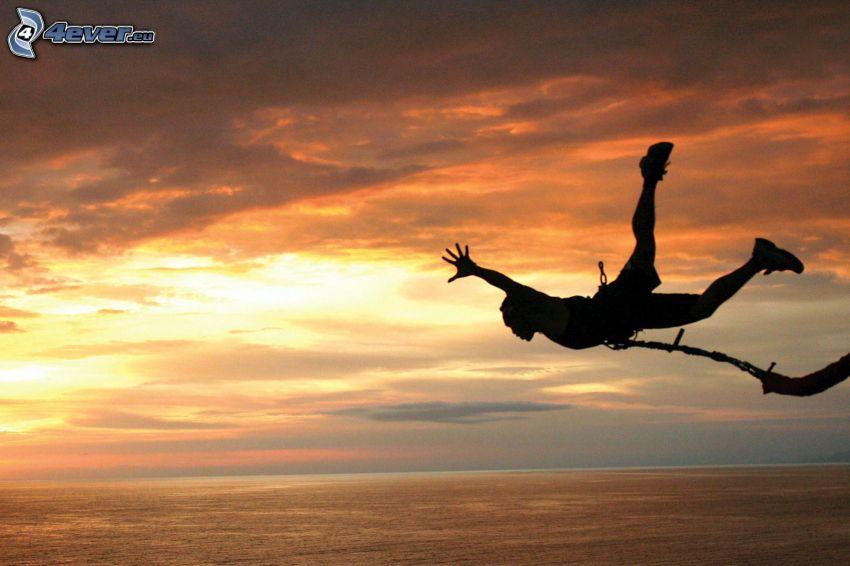 Bungee jumping, caduta libera, mare
