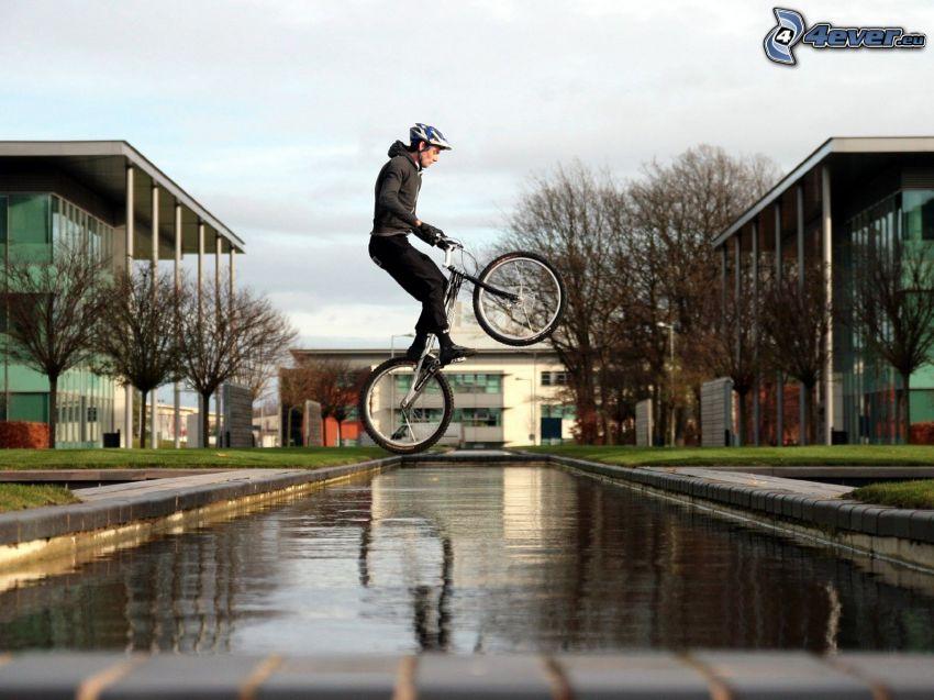 Salto sulla bicicletta, acqua, ciclista, ciclista estremo