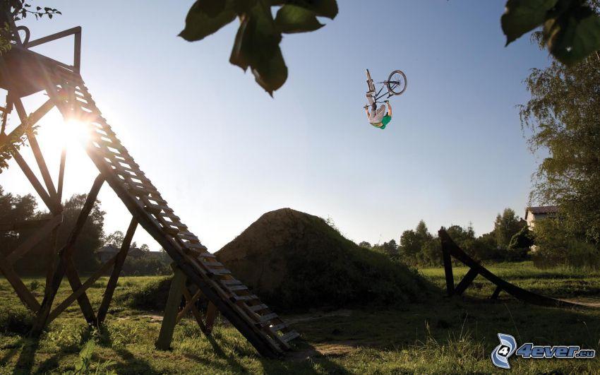 Salto sulla bicicletta, sole, trampolino, acrobazia